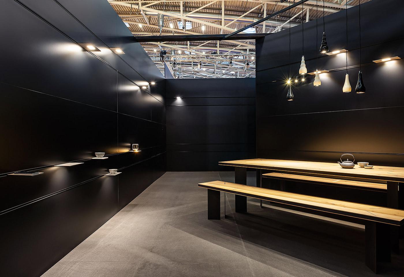 Die Panelwand ermöglicht eine gesamtheitliche Gestaltung. Dabei sind Licht und Strom wichtige Faktoren. Somit erscheint der gesamte Raum in eine einheitliche Lichtatmosphäre.